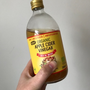 Handmade Haven using apple cider vinegar as a hair rinse.